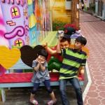 2014年6月1日(日)、日帰り修養会。第2の目的地、中華街の一角にある童話通り。2人の写真です。