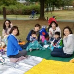 2014年10月26日(日)、礼拝後の日帰り修養会。ソウルの北、一山(イルサン)湖水公園。お弁当待ち兼おしゃべり。