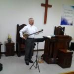 2015年2月22日(日)、沖縄第一聖潔教会の佐久眞武三牧師が来会。メッセージと沖縄三線の賛美をしてくださいました。